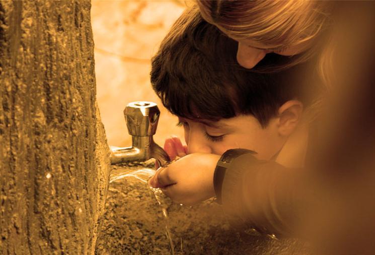 Su İçen Çocuk