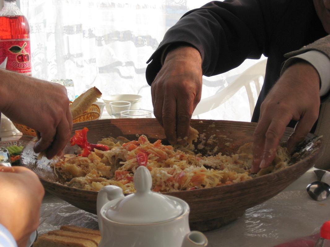 Sol Elle Yemek Yemek