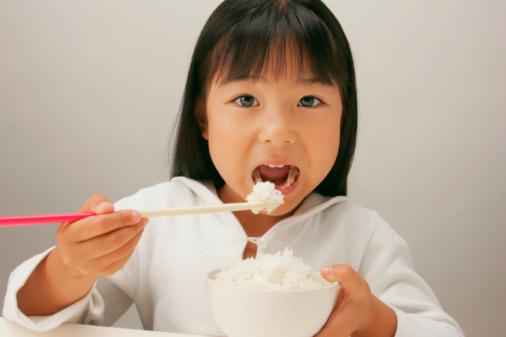 (Chopstick) Yemek Çubukları İle Pilav Yemek